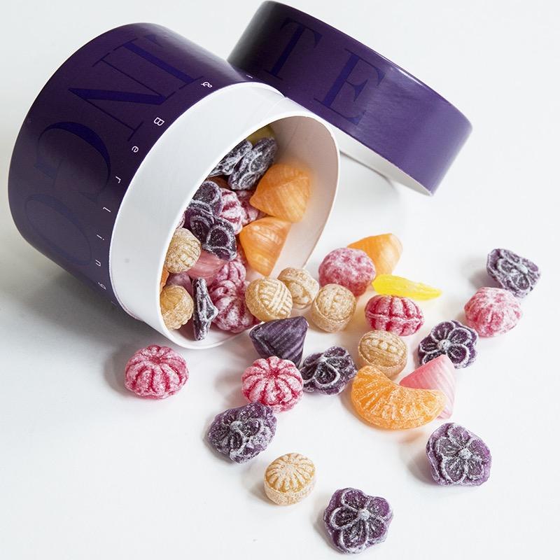 Boîte d'assortiment de bonbons anciens.