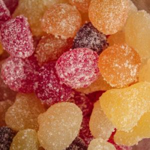 Bonbons acidulés biologique et vegan aux fruits.