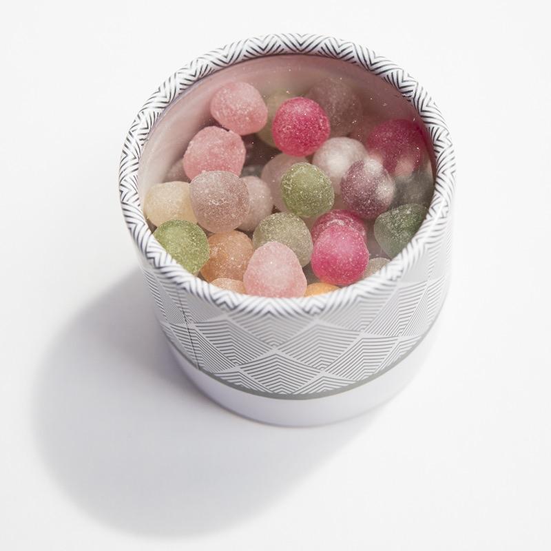 Boite hirondelle avec perles blanches.