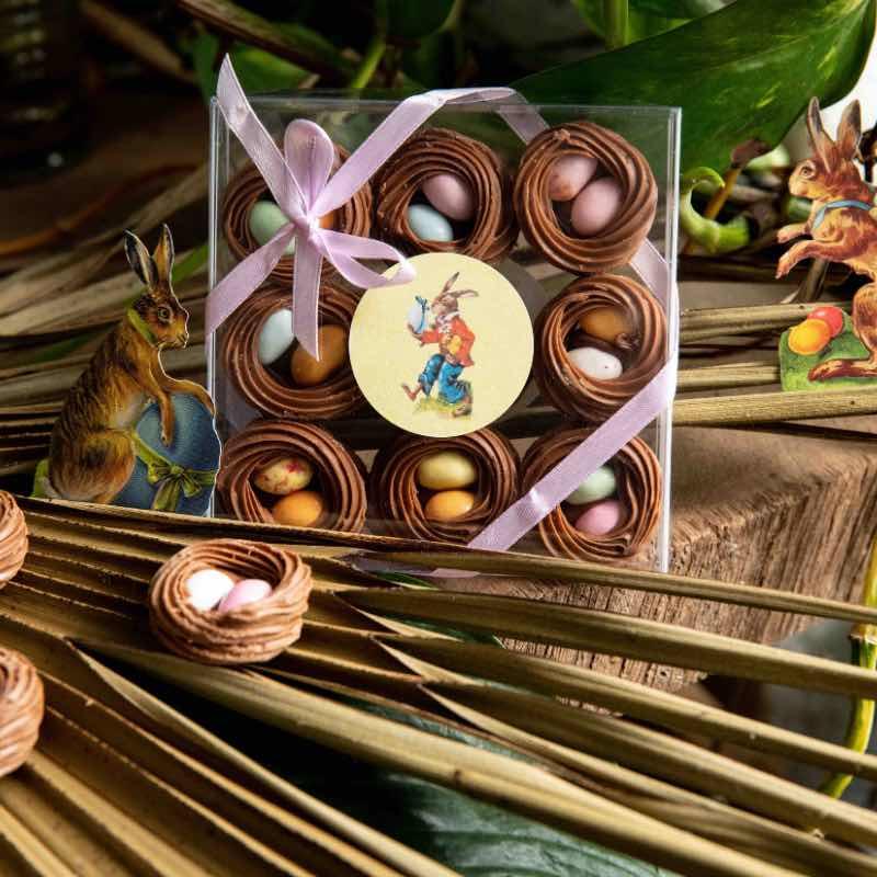 Nids en chocolat avec des oeufs liqueur pour les fêtes de Pâques